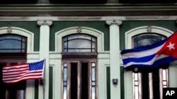 Le drapeau américain (à droite) à côté de celui de CUBA