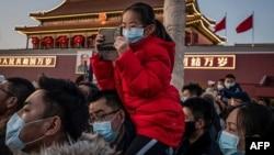 北京天安門前戴著口罩的遊人。(2020年1月23日)