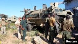 8일 소말리아 모가디슈에서 아프리카 연합군 병사들이 폭탄 테러 공격의 대상이 된 장갑자 옆에 서 있다.