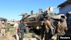 Tentara Uni Afrika memeriksa lokasi ledakan di pinggiran Mogadishu, Somalia (8/9).