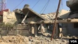 Des maisons détruites à Simoud, à Mossul, Irak, 8 mars 2017. (K. Omer / VOA)
