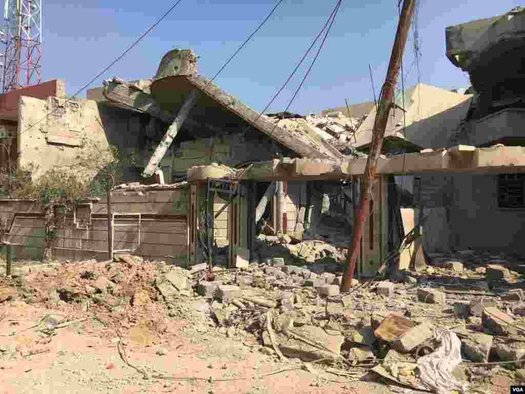 Simudda təyyarələr tərəfindən bombardman edilmiş evlər.