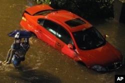 北京周末降下破纪录暴雨造成损害和伤亡