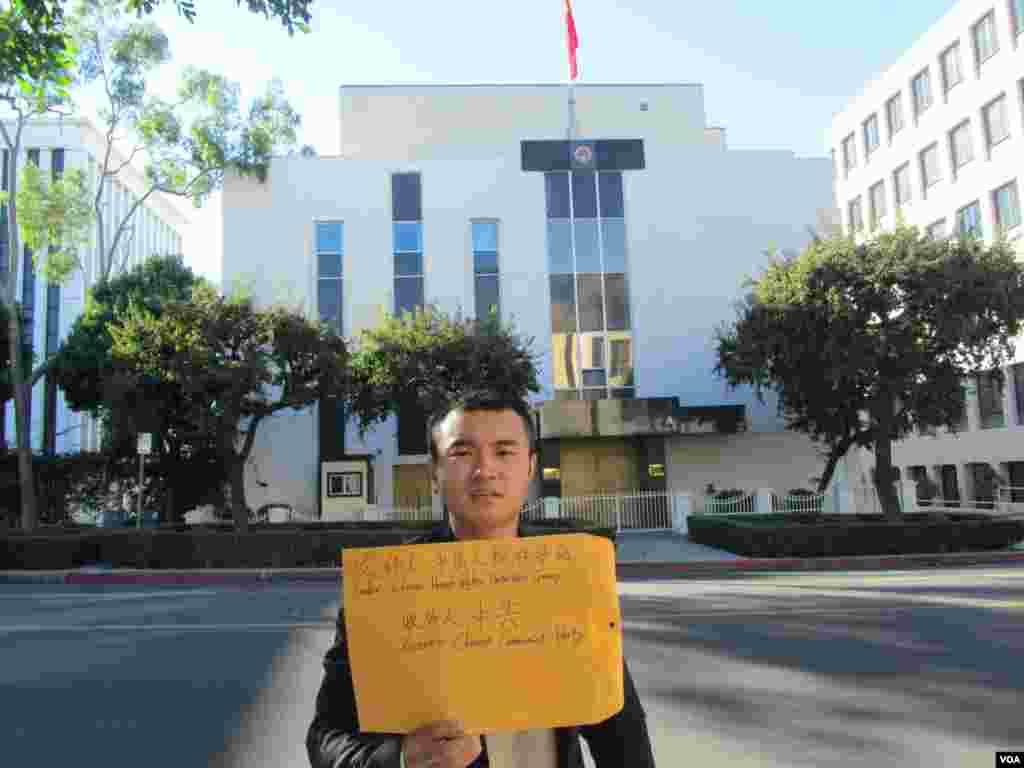 范祜昶將宣言和撕碎的毛像信封送給駐洛中國領事館(美國之音 容易拍攝)
