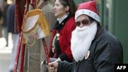 Người đi rung chuông quyên tiền cho tổ chức The Salvation Army là một hình ảnh quen thuộc trong dịp Giáng sinh