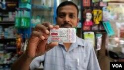 Farmaceut u Mumbaju pokazuje pakovanje hidroksihlorokina