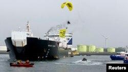 """2014年5月1日绿色和平组织滑翔机横幅""""不许在北极勘探石油"""""""