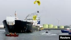 """Akivis Greenpeace memasang banner """"No Arctic Oil"""" (Tak Ada Pengeboran Minyak di Kutub Utara) pada sebuah pesawat tanker minyak Rusia (foto: dok)."""