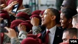 Presiden AS Barack Obama dan ibu negara Michelle Obama saat mengunjungi markas militer AS di Fort Bragg, North Carolina (foto: dok). Fort Bragg menyelenggarakan upacara pernikahan gay pertama hari Sabtu 21/12.