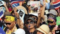 Aksi unjuk rasa anti-pemerintah membawa gambar Raja Bhumibol Adulyadej, dan meneriakkan slogan memprotes RUU amnesty di Bangkok, Thailand (11/11).