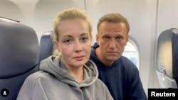 ناوالنی و همسرش یولیا هنگام حرکت از برلین به سمت مسکو
