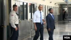 """Presiden AS Barack Obama (tengah) ketika mengunjungi penjara federal """"El Reno"""" di Oklahoma City, Oklahoma (foto: dok)."""