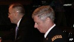 沃尔特.夏普(前)、格雷格森在听证会上