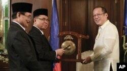 Filippin prezidenti Beninyo Akino (o'ngda) Moro Islomiy xaloskorlik fronti rahbarlari bilan