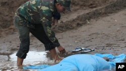 2013年10月18日老挝士兵覆盖飞机失事受害者遗体
