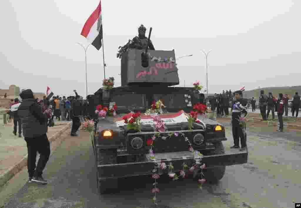 رژه و خوشحالی نیروهای عراقی به مناسبت آزادی شرق موصل.