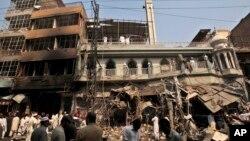 巴基斯坦救援人員在發生汽車炸彈現場展開救援工作。