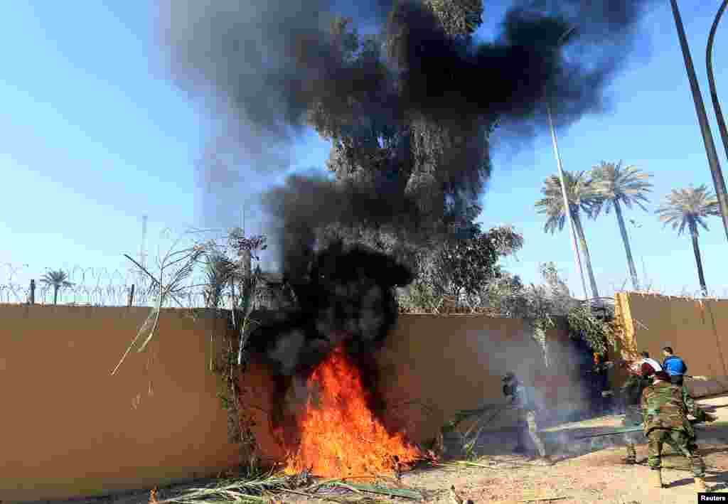 Varios testigos en la zona vieron llamas saliendo en el interior del recinto diplomático y al menos tres soldados estadounidenses en el tejado de la embajada (Foto: Reuters/Thaier al-Sudani)