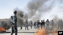憤怒的阿富汗人星期三連續第二天在喀布爾舉行抗議﹐焚燒車胎。