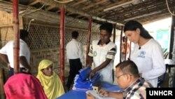 ဘဂၤလားေဒ့ရွ္ေရာက္ ဒုကၡသည္မ်ားကို အေထာက္အထားကဒ္ျပား ထုတ္ေပးေနစဥ္ (ဓာတ္ပံု-UNHCR)