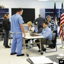 Scène dans un bureau de vote