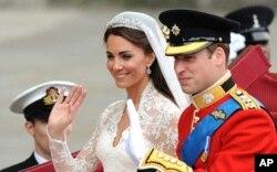 英国威廉王子和他的新娘凯瑟琳.米德尔顿乘马车前往白金汉宫