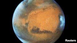 """""""Nếu những nhà nghiên cứu này đúng, đây là lần đầu tiên chúng ta tìm thấy bằng chứng về một hồ nước lớn trên sao Hỏa,"""" Cassie Stuurman, một nhà địa vật lí tại Đại học Texas, nói."""