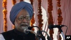 PM India, Manmohan Singh menjadikan perbaikan ekonomi India sebagai prioritasnya, walaupun diakui bahwa kembali ke pertumbuhan 8 persen adalah ambisius. (AP/Altaf Qadri)