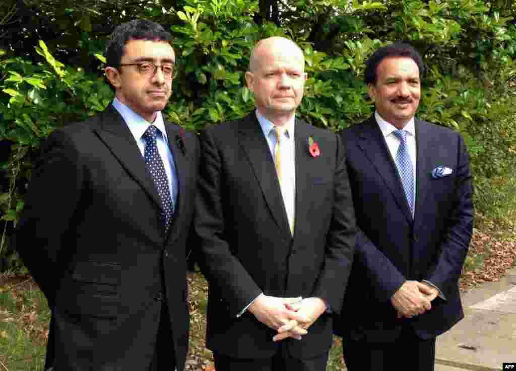 버밍엄에있는 퀸 엘리자베스 병원을 방문해 기념 촬영을 하는 영국의 윌리엄 헤이그(사진중앙) 외무장관, 아랍 에미레이트연합 셰이크 압둘라 빈 자이드 알 나흐얀(왼쪽) 외무장관, 파키스탄 레만 말리크 내무장관
