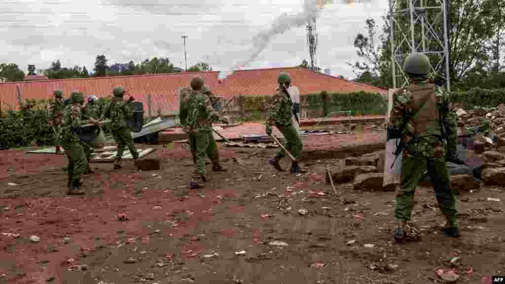 La police kényane lance des gaz lacrymogènes contre les partisans de la coalition du Super Alliance nationale (NASA) lors d'affrontements à Kibera, à Nairobi, le 26 octobre 201.