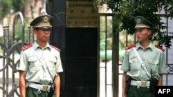 Cảnh sát Trung Quốc canh gác bên ngoài Đại sứ quán Bắc Triều Tiên tại Bắc Kinh