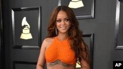 Rihanna tại lễ trao giải âm nhạc Mỹ Grammy Awards thường niên lần thứ 59 tại Los Angeles.