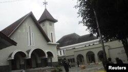 Binh sĩ Indonesia canh gác bên ngoài một nhà thờ sau một vụ tấn công của đám đông những người Hồi giáo quá khích