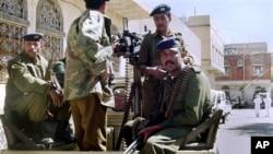 Pasukan keamanan Yaman melakukan penjagaan gedung pengadilan di Yaman saat berlangsungnya sidang dakwaan terhadap militan (foto: dok).