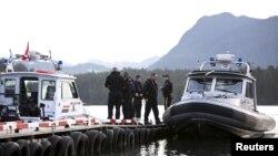 Para petugas bersiap meninggalkan dermaga untuk maya pencarian korban tenggelamnya kapal Leviathan II di Tofino, British Columbia (27/10).