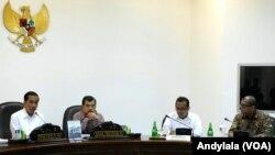 Presiden Jokowi memimpin rapat kabinet terbatas bidang ekonomi yang diantaranya membahas soal nilai tukar rupiah di kantor Presiden di Jakarta, 17 Desember 2014 (Foto: VOA/Andylala).