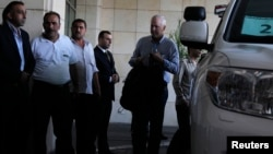 Глава группы экспертов ООН по химическому оружию Ок Сельстрём (справа) прибыл в Дамаск. Сирия. 18 августа 2013 г.