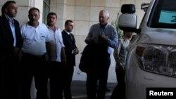 아케 셀스트롬 씨가 이끄는 유엔 화학무기 조사단이 18일, 시리아 수도 다마스쿠스의 한 호텔에 도착하고 있다.