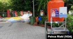 Fasilitas cuci tangan di salah satu sudut di Taman Bungkul Surabaya. (Foto: VOA/ Petrus Riski).