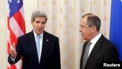 Ngoại trưởng Mỹ John Kerry nói chuyện với Ngoại trưởng Nga Sergei Lavrov trước cuộc họp tại Moscow, ngày 15/12/2015.