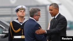 美国总统奥巴马抵达波兰首都华沙,受到波兰总统科莫罗夫斯基的迎接。