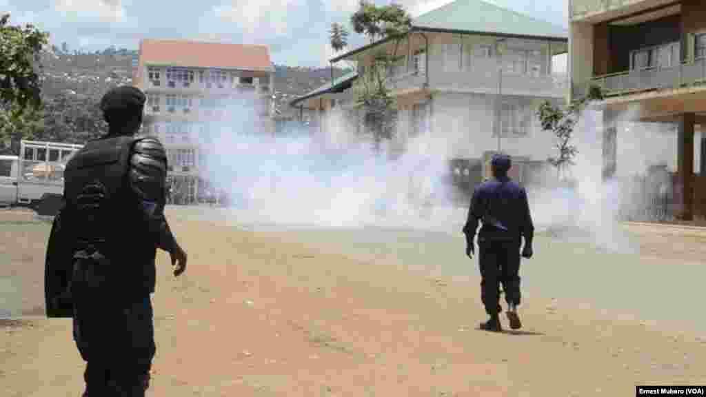 Des gaz lacrymogènes ont été lacé sur les quelques manifestants à Buvaku, le 25 février 2018. (VOA/Ernest Muhero)