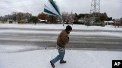 Cuaca dingin melanda kota Dallas, negara bagian Texas yang biasanya jarang dilanda salju (6/12). Negara bagian Minnesota, Montana dan South Dakota dilanda udara dingin di bawah nol.