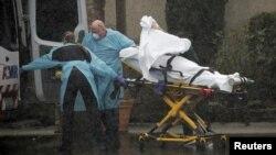 Petugas medis AS membawa seorang pasien dari panti lansia di Kirkland, negara bagian Washington.