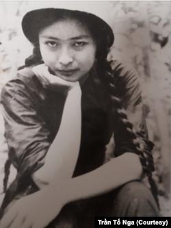 Bà Nga trong bức ảnh chụp năm 1969 khi là phóng viên chiến trường của Thông Tấn Xã Việt Nam.