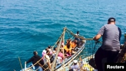 Hành khách lên tàu chở dầu Công chúa Biển II của Yemen, chở theo nhiều người mang các quốc tịch khác nhau, chạy trốn khỏi Aden, khi phiến quân Houthi tiến vào thành phố hôm 1/4/2015.