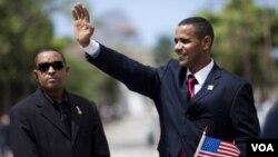 Custodiado por su propio Servicio Secreto, el imitador del presidente Obama, Rinaldo Americo, saluda en la plaza de Cinelandia - el mismo lugar donde hablará el verdadero Obama-.