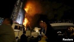 아랍에미리트(UAE) 두바이 시의 '어드레스 호텔'이 불길에 휩싸인 가운데 사람들이 대피하고 있다.