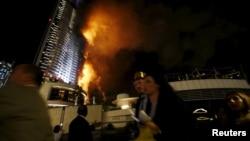 Un énorme incendie s'est déclaré dans un hôtel de luxe de Dubaï, près de la plus haute tour du monde, Burj Khalifa, Duabï, 31 décembre 2015