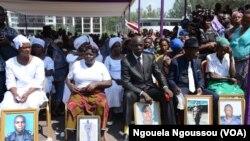 Les familles des victimes assistent aux obsèques officielles à l'esplanade du palais des congrès de Brazzaville, République du Congo, 11 octobre 2016. VOA/Ngouela Ngoussou